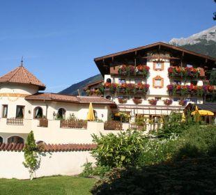 Blick vom Garten auf das Hotel
