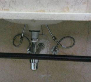Unter dem Waschbecken