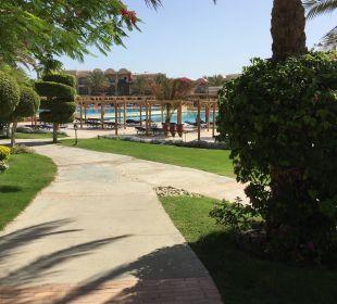 Weg vom Hauptrestaurant zum Pool TUI MAGIC LIFE Kalawy