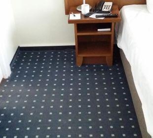 Eingang zum Bad. Der Teppich ist sehr abgewohnt AHORN Seehotel Templin