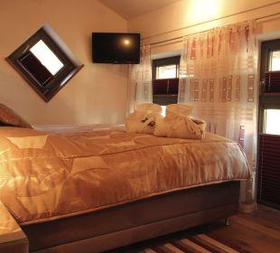 Schlafzimmer mit TV Apartments Ferienparadies Alpenglühn