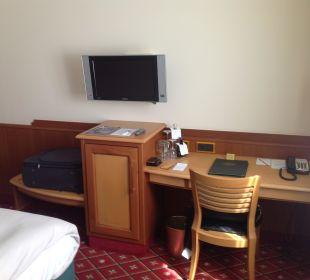 Fernseher, Minibar und Schreibtisch in Zimmer 333 Hotel Platzl