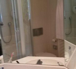 Badezimmer mit Blick auf Waschbecken und Spiegel Hotel Schloss Schweinsburg