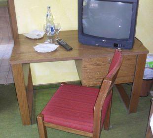 Verschlissener Stuhl und Tisch Hotel Müllers Löwen