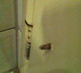 Alte Schraube in der Badezimmertür. Hotel Haus Hillesheim
