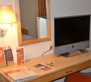 Anrichte mit TV Hotel Victoria Nürnberg