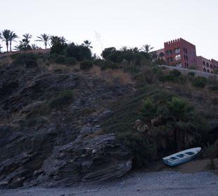 Das Hotel vom Strand aus betrachtet Playacalida Spa Hotel