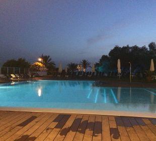 Pool bei Nacht Hotel Abrat