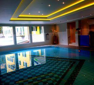 Großes Becken vom Swimming Pool MONDI-HOLIDAY First-Class Aparthotel Bellevue