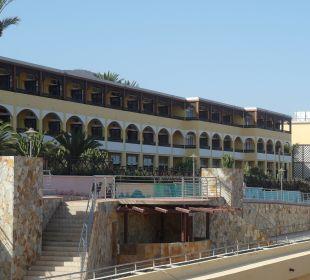 Od strony ulicy/oceanu Hotel Barcelo Jandia Playa