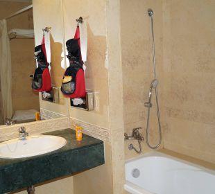 Badezimmer. Foto von der zusätzlichen Dusche fehlt Playacalida Spa Hotel