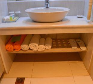 Ręczniku w łazience i zestaw kosmetyków Hotel Minos Mare Royal