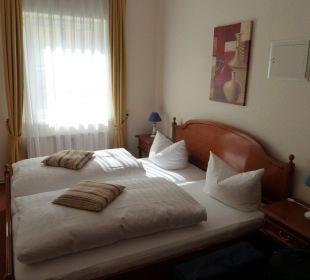 Schlafzimmer mit Doppelbett -  Suite XL im EG Villa Strandkorb Hotel Garni