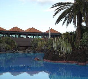 Im Hintergrund das Restaurant Hotel Hacienda San Jorge
