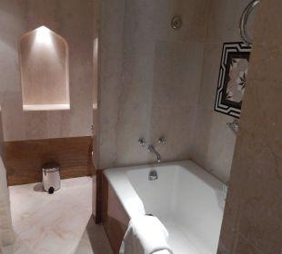 Badewanne mit gegenüberliegender Dusche Sheraton Hotel & Resort Abu Dhabi