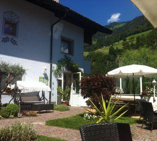 Garten neben Haupthaus Hotel Alpenhof Passeiertal