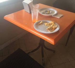 Strandbar... kein Tisch war sauber :( Hotel Vista Sol Punta Cana