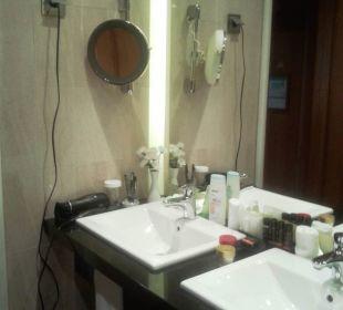 Bad mit Doppelwaschblock, Kosmetikspiegel Hotel The Cliff Bay (PortoBay)