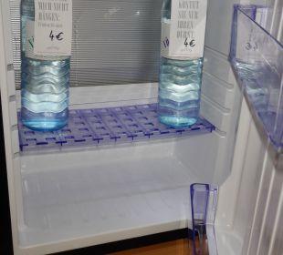 Minibar mit Wasser K+K Palais Hotel