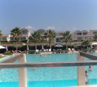 Von unserem Pool aus gesehen Hotel Resort & Spa Avra Imperial Beach