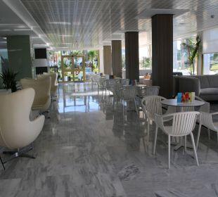 Moderne Bestuhlung in der Bar Hotel Playa Esperanza