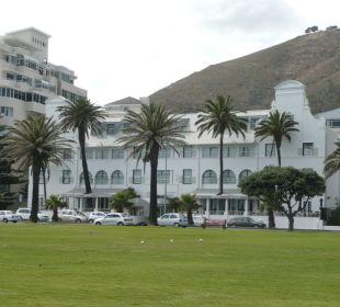 Frontseite mit Uferstraße Hotel Winchester Mansions