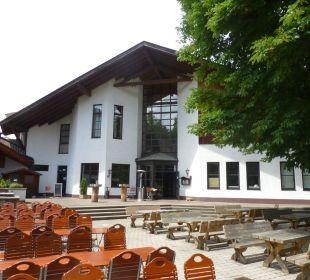 Biergarten im Hintergrund das Haupthaus Dorint Sporthotel Garmisch-Partenkirchen