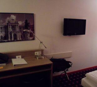 Tisch und Fernseher Senator Hotel