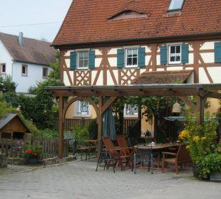 Blick von der Hofeinfahrt zur Gemeinschaftsterrasse Ferienhof Eulennest