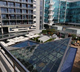 Вид на внутренний двор отеля с бассейном Hotel Pullman Barcelona Skipper