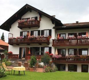 Außenansicht mit Garten Gästehaus Hotel Garni Zibert