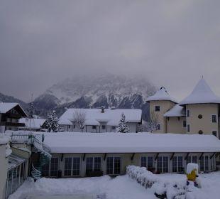 Blicker über Außenpool und Hotelanlage Leading Family Hotel & Resort Alpenrose