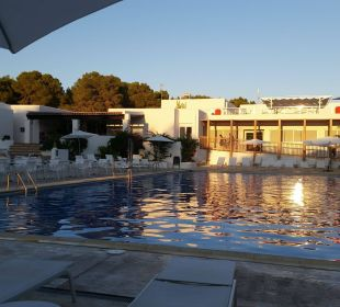 Abends am Pool  COOEE Cala Llenya Resort Ibiza