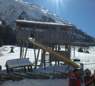 Kleiner Spielplatz auf der Wiese Pension Almhof - Reithof Pitztal