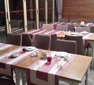 Kein seltenes Bild - nicht abgeräumte Tische Belek Beach Resort Hotel