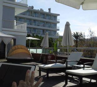 Blick von Sonnenterrasse auf Hotel Richtung Pool JS Hotel Sol de Alcudia