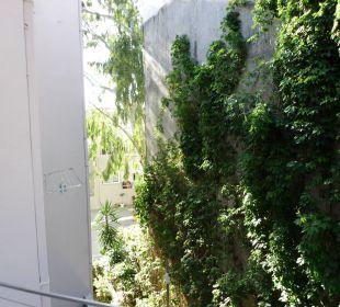 Blick vom Balkon zur Straße. Hotel Corissia Beach