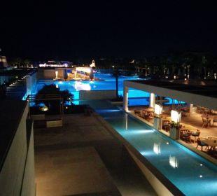 Blick Abends auf Anlgae Hotel Resort & Spa Avra Imperial Beach