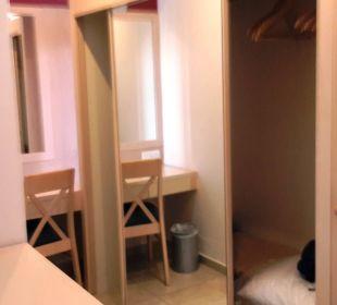 Ausreichend Stauraum im Zimmer Club Aldiana Zypern