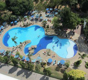 Blick vom Balkon auf den Pool Hotel Grand Jomtien Palace