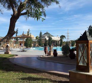 Sicht von Terassen auf einen Pool und Restaurants Jungle Aqua Park