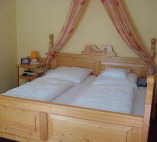 Doppelbett in Zimmer 32 Landgasthof Hengstforder Mühle