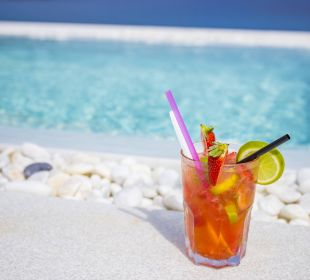 Cocktail am Infinity-Pool Mar Azul PurEstil  Hotel & Spa
