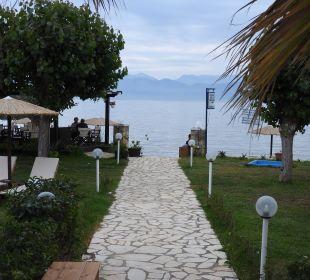 Weg durch Gartenanlage zum Strand Hotel Robolla Beach