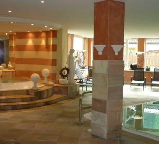 Innenpool mit Whirlpool Hotel Alpin Spa Tuxerhof