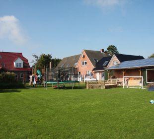 Spielwiese mit Trampolin Ferienhaus Wattkuckuck