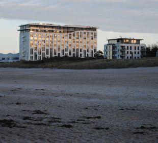 Strand von Warnemünde, Hotel im Hintergrund a-ja Warnemünde. Das Resort.