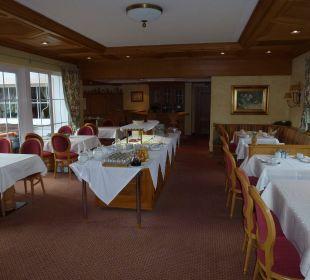 Frühstücksraum/eng.Durchg. zw.Buffet und Stühlen  Landhaus Sammer Hotel Garni