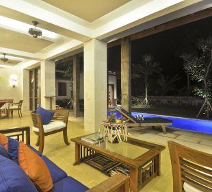 Rumah Isah - Wohnbereich am Abend Nusa Indah Bungalows & Villa
