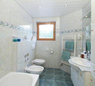 Bad mit Badewanne, Pidet, Fön und Panoramafenster Landhaus Karoline Wohlfühl-Ferienwohnungen